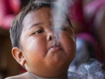 Ardi Rizal bébé fumeur