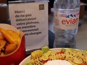 Un menu Mc Donald's avec une bouteille d'eau en plastique