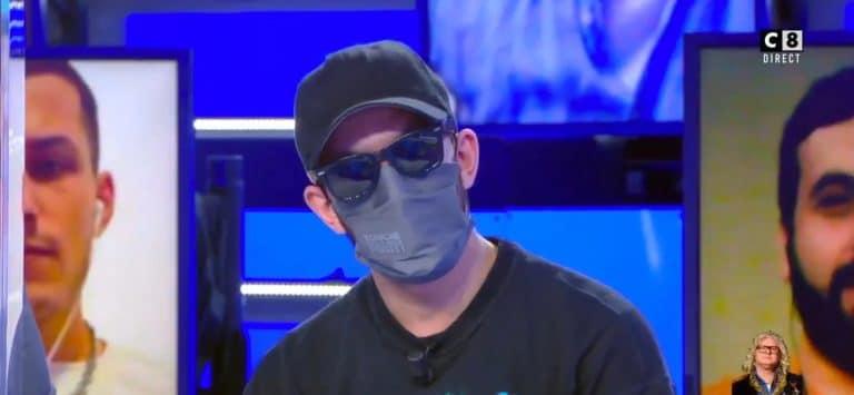 Un serveur masqué fait des révélations au sujet des diners clandestins