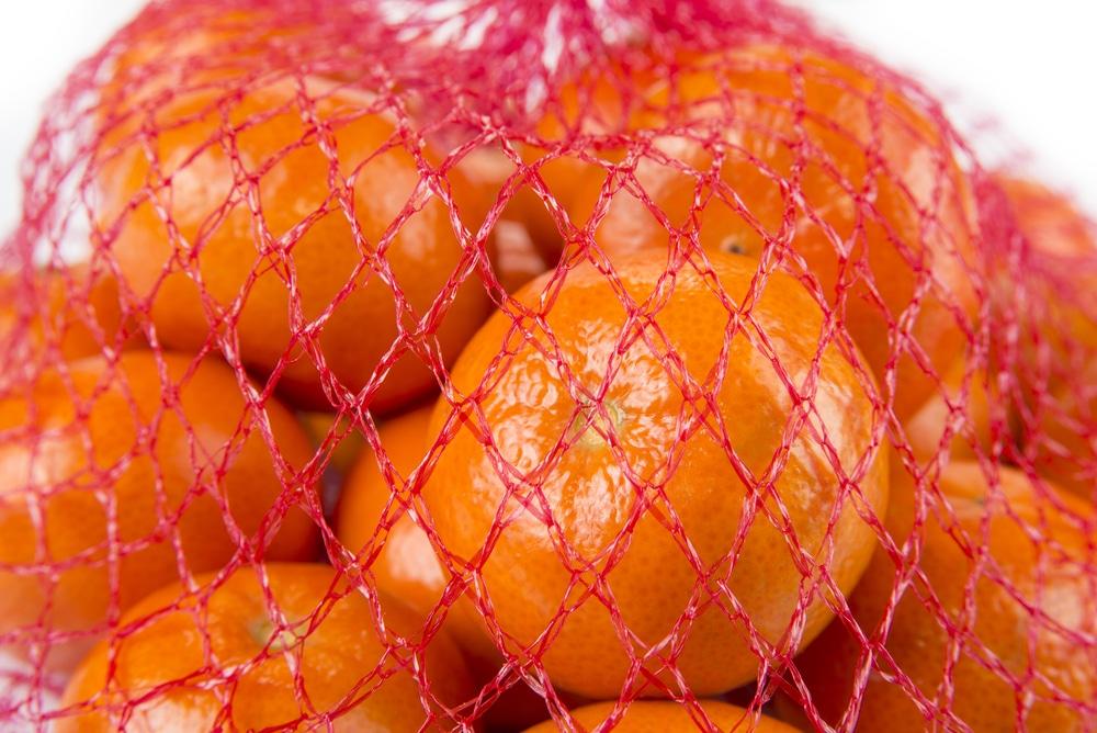 des mandarines dans un filet rouge