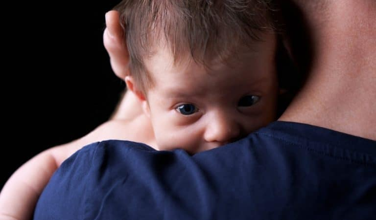 Il réalise un test de paternité et apprend que le bébé est le fils de son frère jumeau jamais né