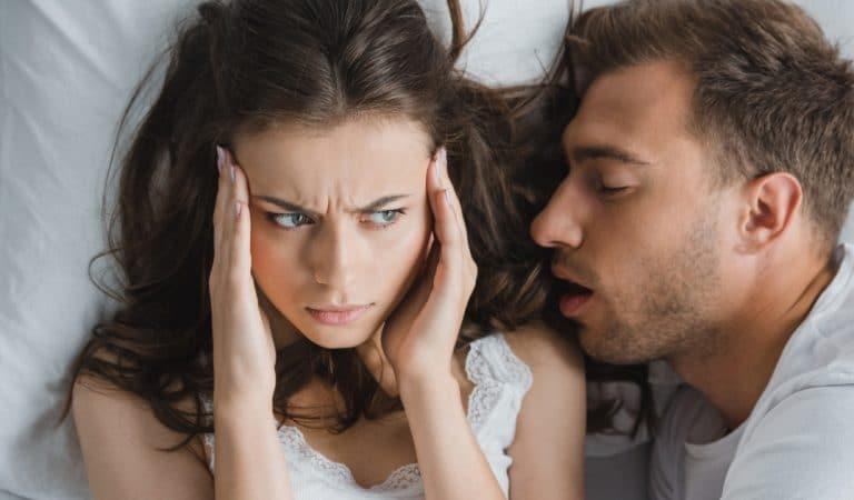 Un expert du sommeil explique comment arrêter de ronfler