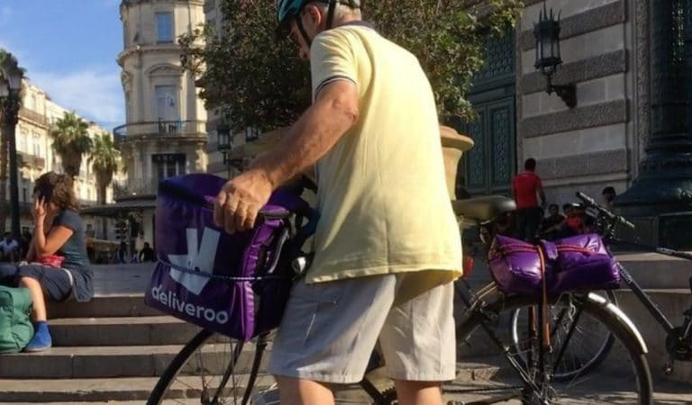 A 76 ans, il travaille comme livreur Deliveroo pour aider son épouse handicapée
