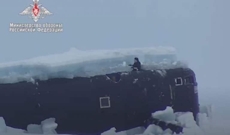 Vidéo : L'Armée russe montre sa puissance en faisant émerger trois sous-marins nucléaires en Arctique