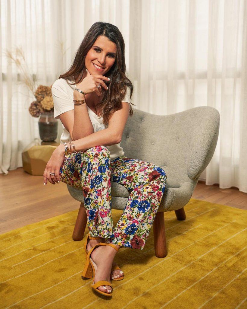 Karine Ferri, pantalon fleuri