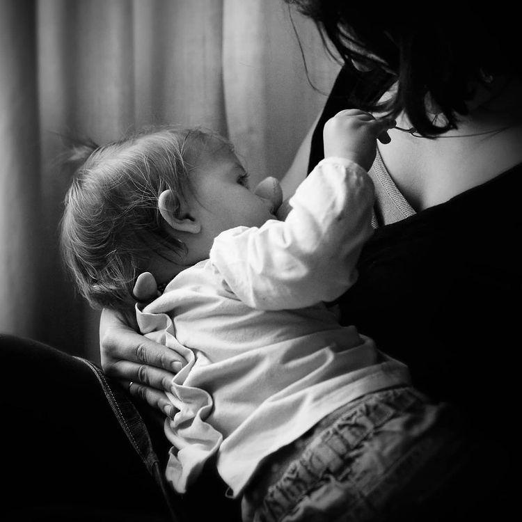 Une maman partage la photo de son allaitement en soutien à Maylis, maman giflée à Bordeaux
