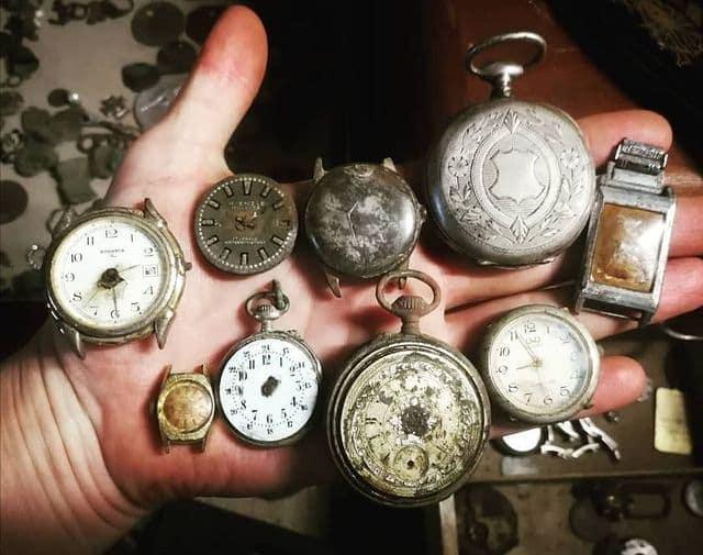 Vieilles montres de poche trouvées avec un détecteur de métaux
