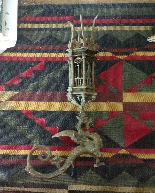 Ancien bougeoir en forme de dragon trouvé avec un détecteur de métaux
