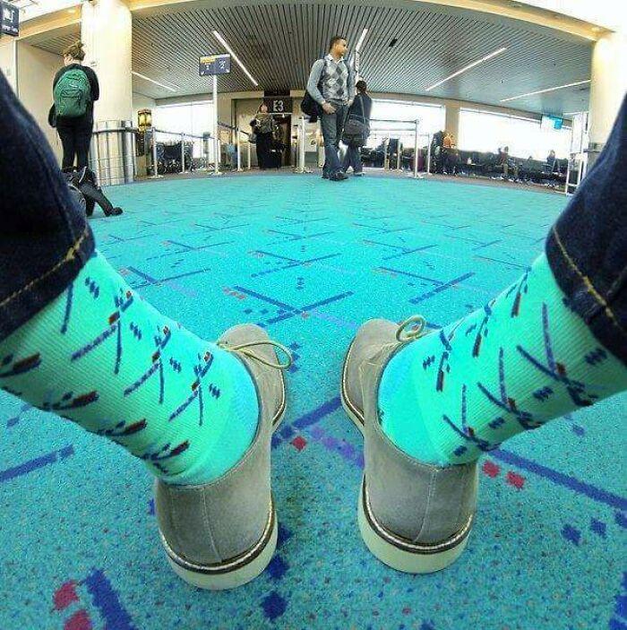 Une invention stupide : des chaussettes assorties sur le sol de l'aéroport de Portland