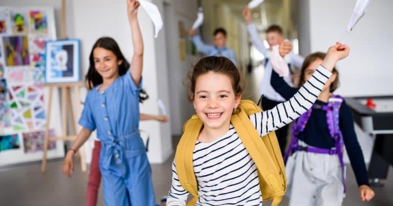 des écoliers qui partent en vacances scolaires