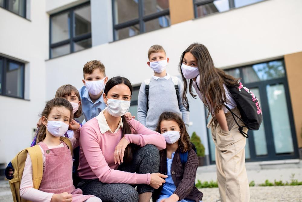 les écoliers qui portent le masque
