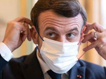 Emmanuel Macron avec un masque