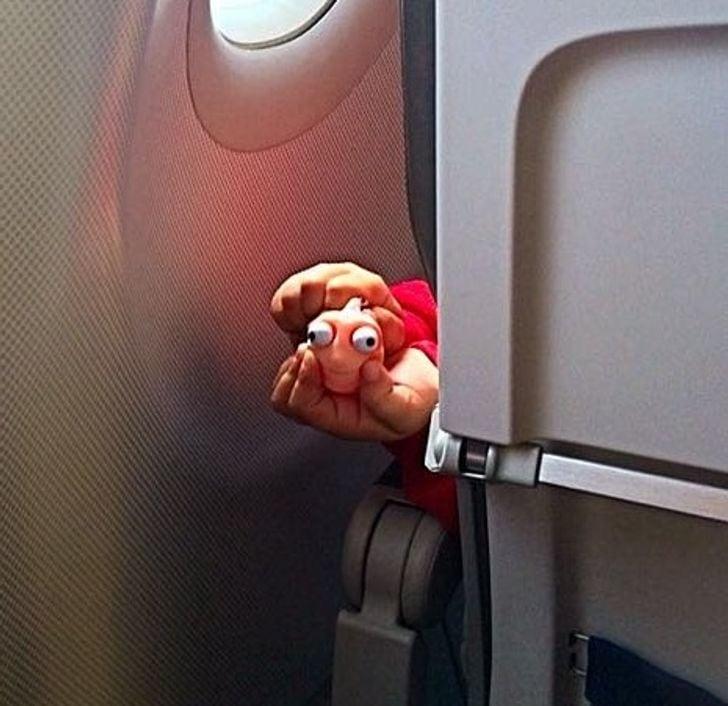 Le jouet d'un enfant dans un avion