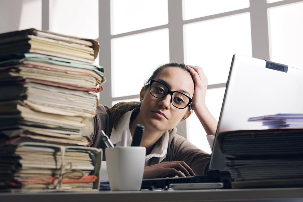 une employée qui s'ennuie au travail