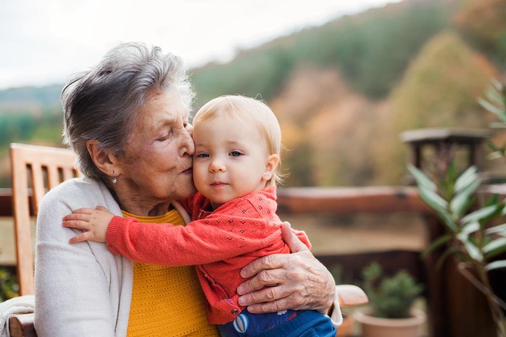 une grand-mère et son petit-enfant