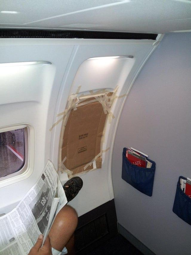 Un hublot réparé dans un avion