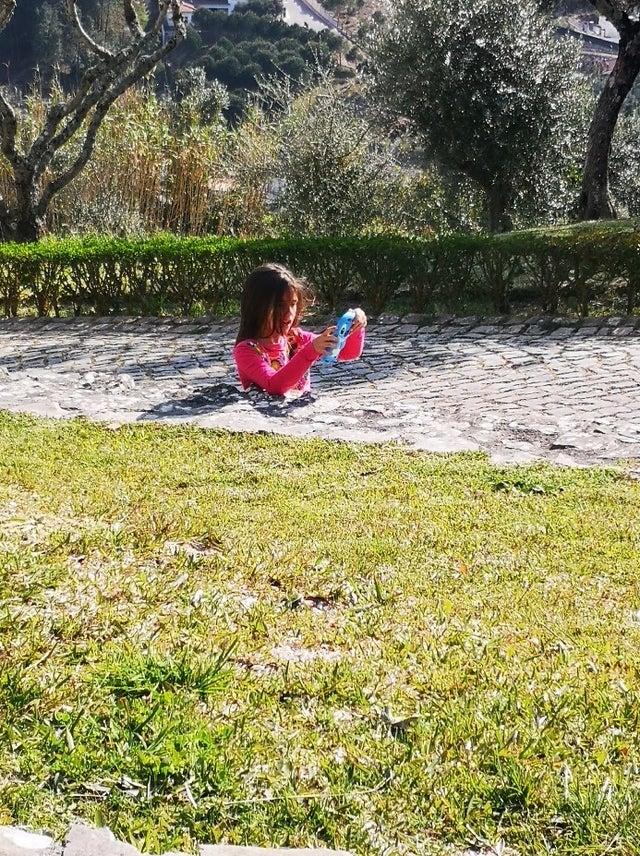 Illusion d'optique montrant une petite fille sans jambes