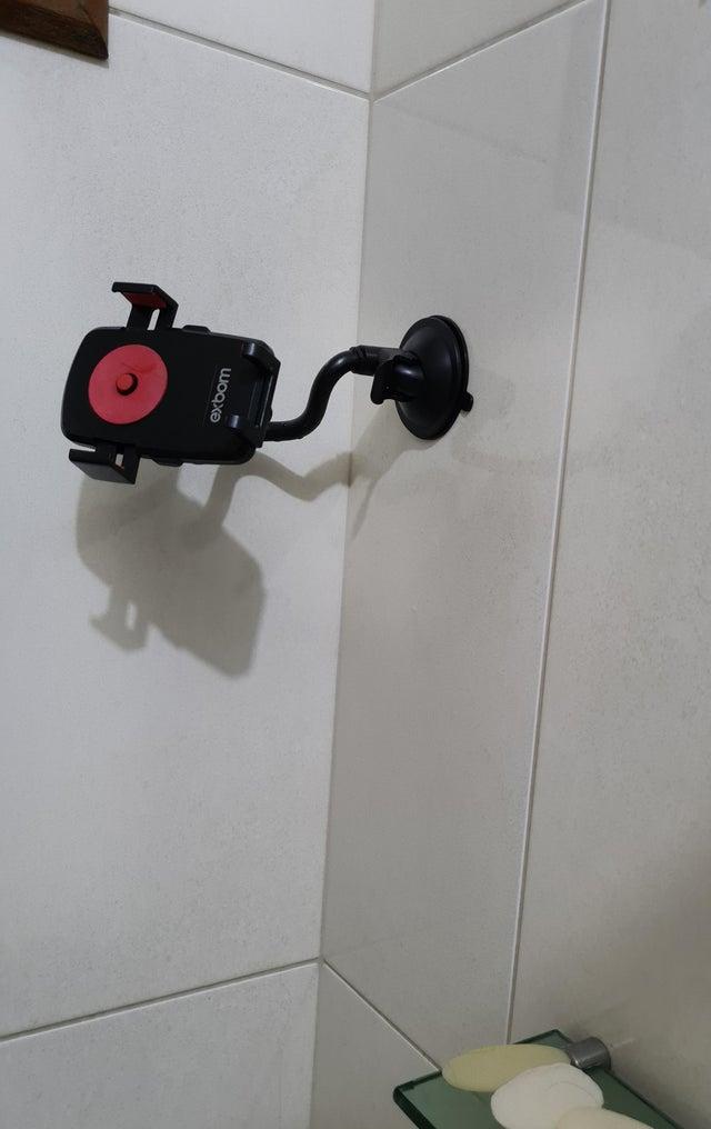 Une astuce pour tenir son smartphone sous la douche