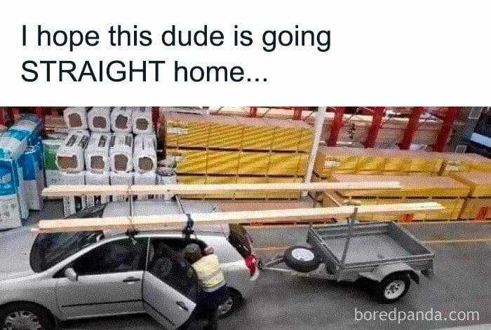 un chargement mal attaché sur une voiture