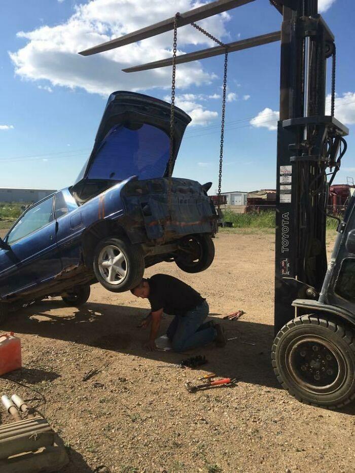 une voiture en cours de réparation