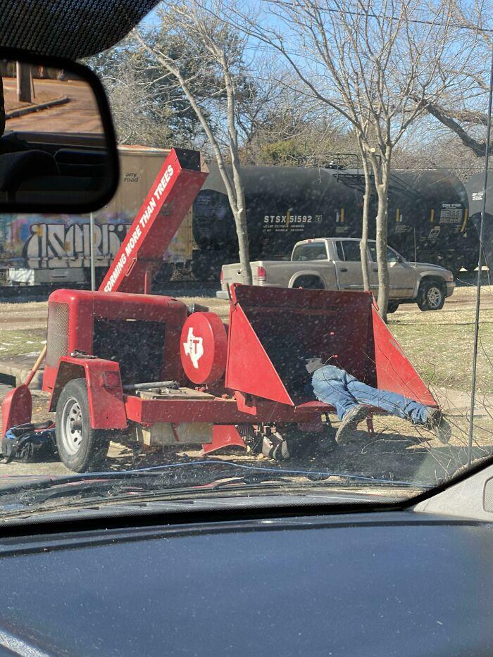 Un travailleur dans un broyeur à branches