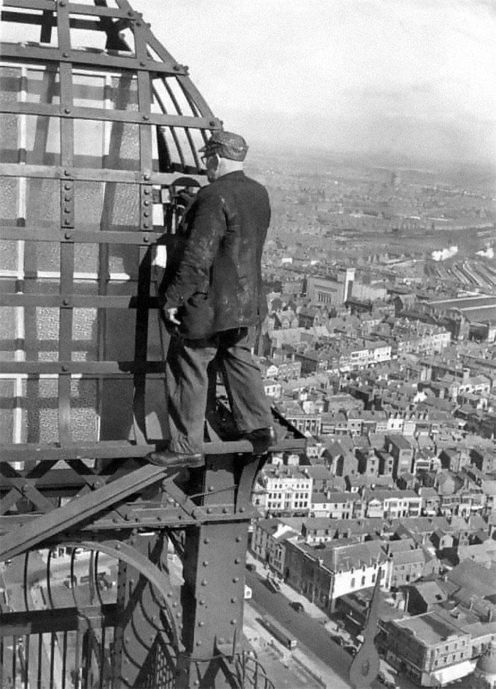 un travailleur du bâtiment pas harnaché