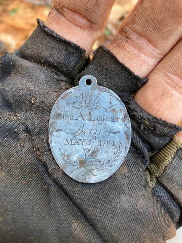 Ancienne médaille de naissance retrouvée avec détecteur de métaux