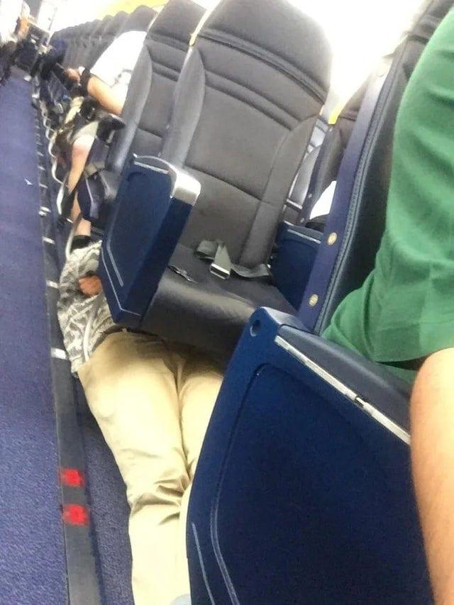 Un passager qui dort allongé dans un avion