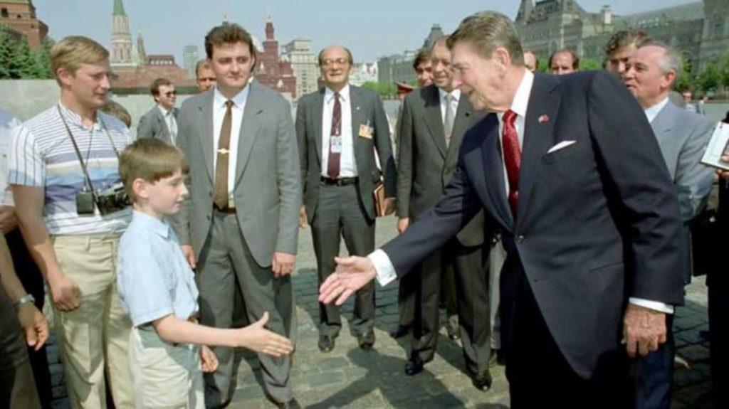 photo mensongère Poutine qui approche Reagan en 1988