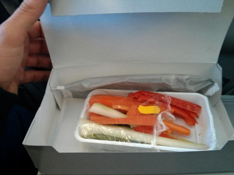 Un plateau repas peu appétissant en avion