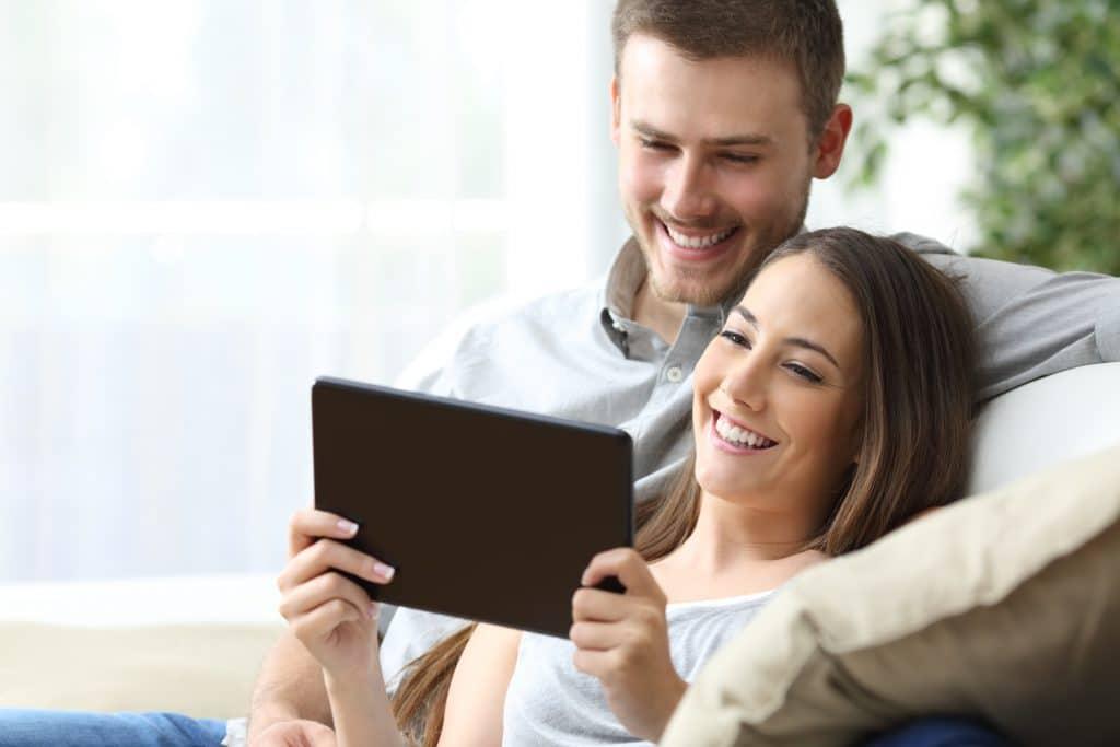 un couple regarde un film en streaming