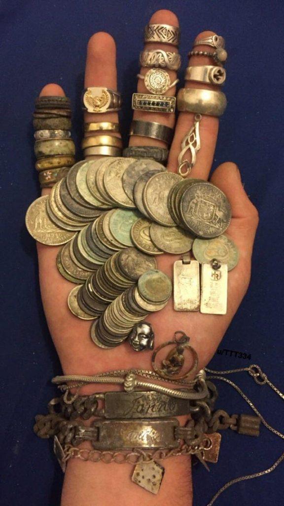 Trésors trouvés avec un détecteur de métaux : vieilles bagues et vieilles pièces de monnaie