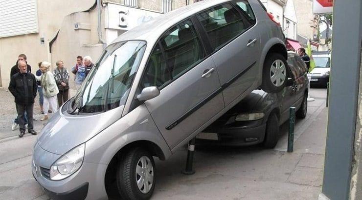 une voiture mal garée avec un créneau manqué