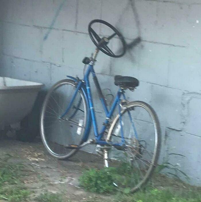 un vélo avec un volant de voiture