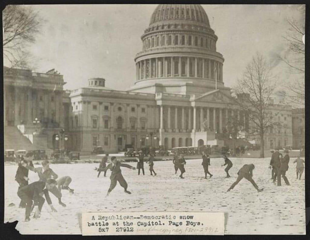 une partie de boules de neige devant le capitole