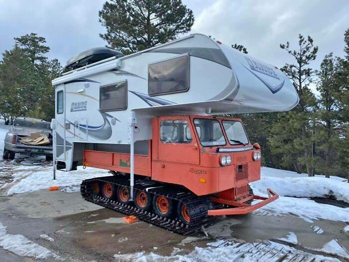 un camping-car sur un chasse-neige