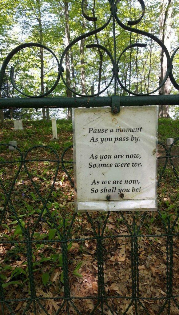 un panneau à l'entrée d'un cimetière
