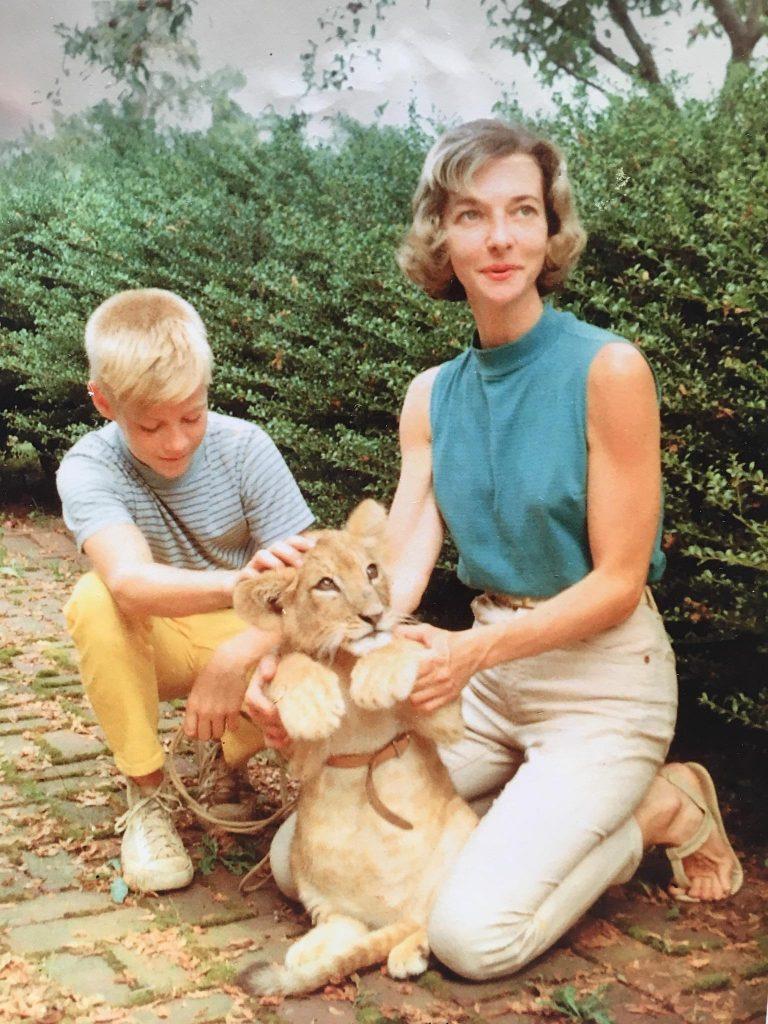 Une famille avec un lionceau en 1959