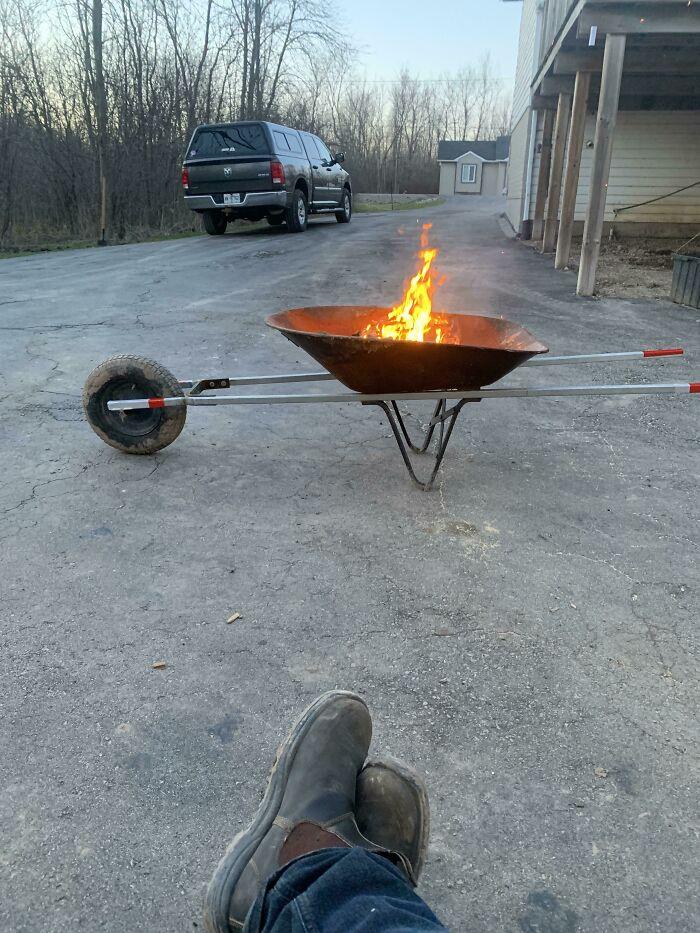 un feu dans une brouette
