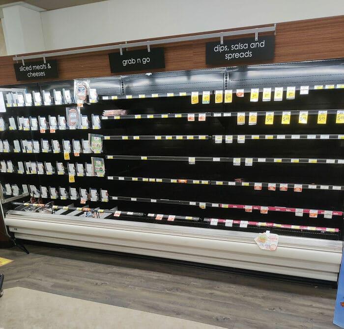 une étagère de supermarché vide