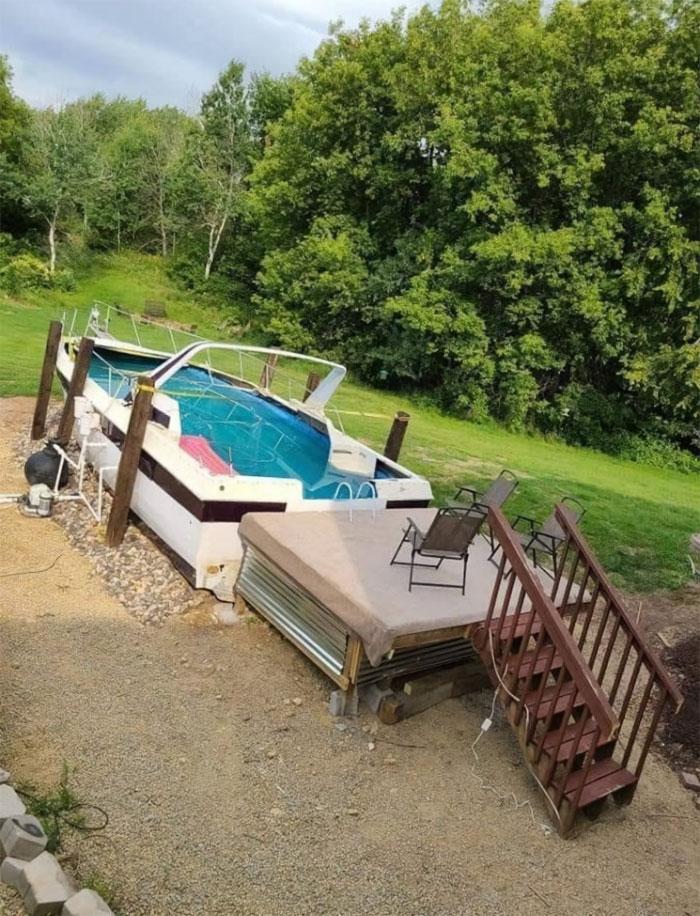 une piscine dans un vieux bateau
