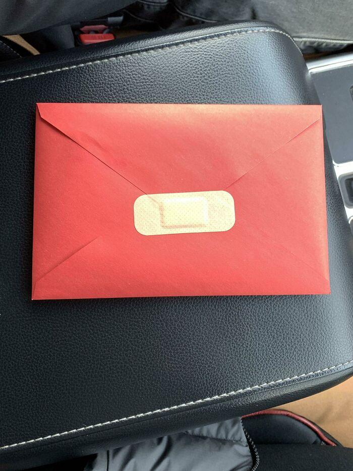 un pansement sur une enveloppe