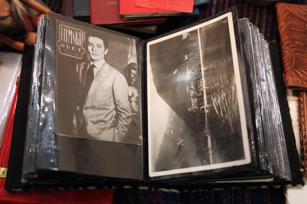 Photo de longue date d'Alain Delon dans l'album à la brocante.  Moscou