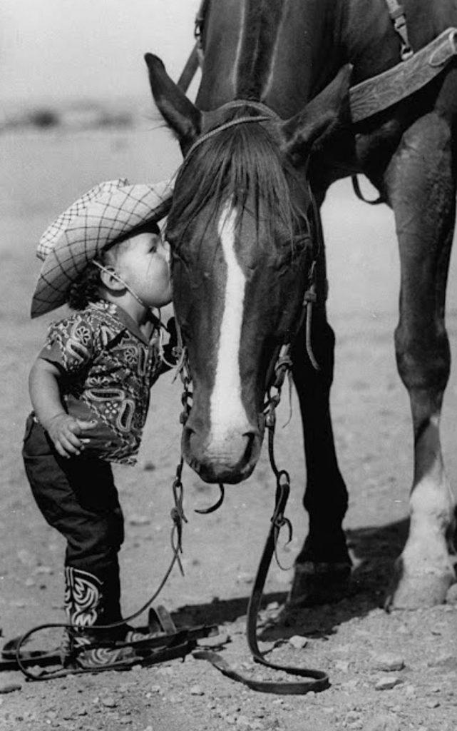 Une fillette qui embrasse un cheval en 1955