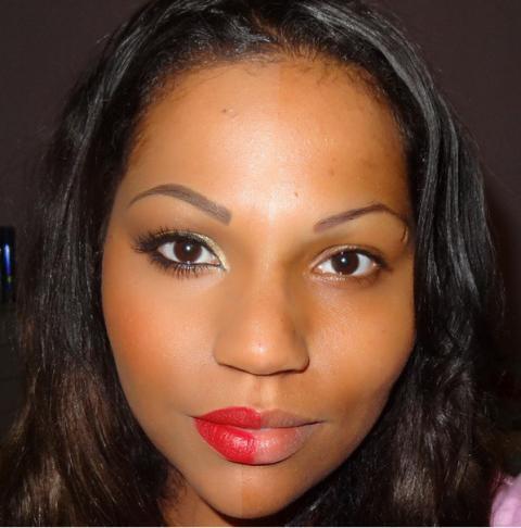 Une femme partiellement maquillée