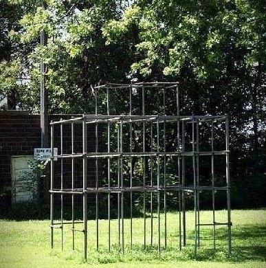 une ancienne structure de jeu de plein air