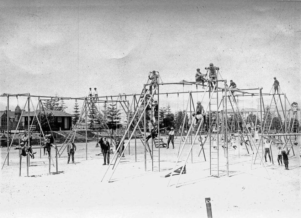 une ancienne structure de jeux pour enfants