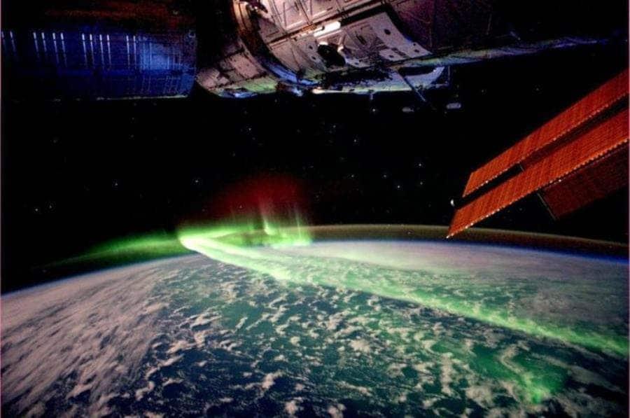 une aurore boréale vue de l'espace