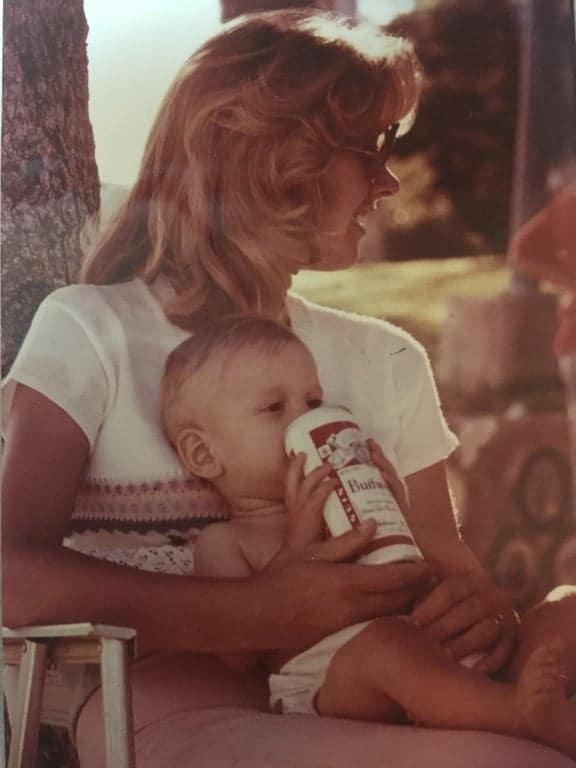 Un bébé qui boit une boisson alcoolisée en 1978