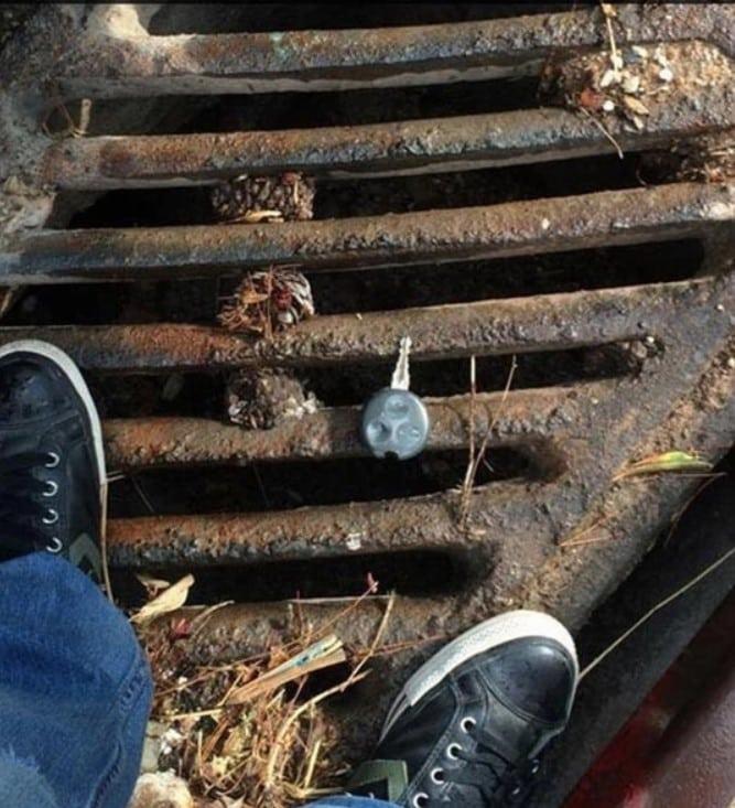 une clé sur une plaque d'égout